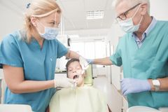 Paciente joven del muchacho en el dentista Fotos de archivo libres de regalías