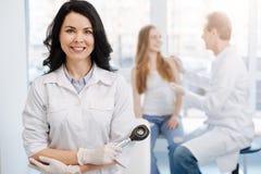 Paciente joven feliz teniendo conversación con el dermatólogo el hospital Imágenes de archivo libres de regalías