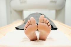 Paciente maduro com os problemas de saúde que fazem MRI no centro médico fotos de stock royalty free