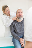 Paciente masculino com colar macio Imagens de Stock