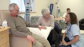 Paciente masculino de Checking On Senior de la enfermera que tiene quimioterapia almacen de metraje de vídeo