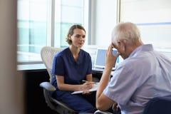 Paciente masculino deprimido del doctor In Consultation With Imagen de archivo