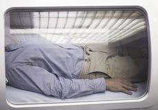 Paciente masculino en la cámara hiperbárica HBOT del oxígeno Fotografía de archivo libre de regalías