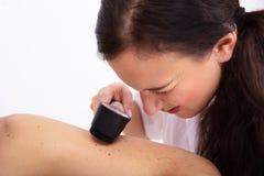 Paciente masculino femenino del doctor Examining Skin Of foto de archivo libre de regalías