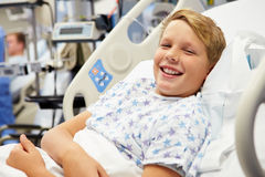 Paciente masculino joven en cama de hospital Imagen de archivo