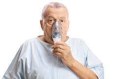Paciente masculino maduro con una máscara de la inhalación fotos de archivo