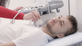 Paciente masculino que experimenta el procedimiento de diagnóstico del ultrasonido para el cuello metrajes