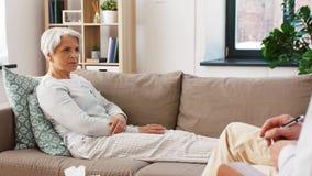 Paciente mayor de la mujer que habla para servir al psicólogo almacen de metraje de vídeo