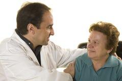 Paciente mayor en la consulta del doctor fotos de archivo libres de regalías