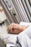 Paciente na cama de hospital Fotografia de Stock Royalty Free