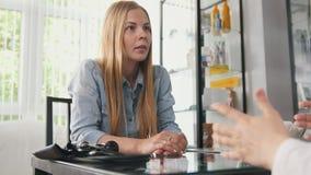 Paciente na clínica - a mulher loura está falando com doutor foto de stock royalty free