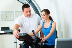 Paciente na fisioterapia que faz a fisioterapia Imagens de Stock Royalty Free
