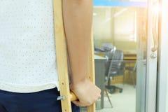 Paciente na muleta Imagens de Stock