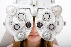 Paciente no trabalho da oftalmologia fotos de stock
