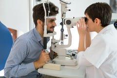 Paciente ou cliente na lâmpada cortada no optometrista ou no ótico foto de stock