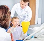 Paciente pequeno olhando seus dentes Fotografia de Stock Royalty Free