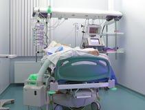 Paciente pesado en ICU Fotos de archivo libres de regalías