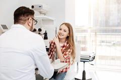 Paciente positivo brillante que se sienta en la oficina de los oftalmólogos Foto de archivo libre de regalías