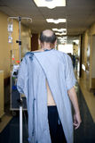 Paciente que anda abaixo do assoalho do hospital imagem de stock royalty free