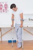 Paciente que camina con la muleta foto de archivo libre de regalías