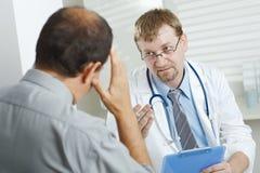 Paciente que dice síntomas cuidarse Imágenes de archivo libres de regalías