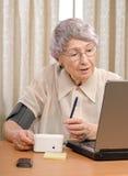 Paciente que envía la información al centro médico virtual Fotografía de archivo