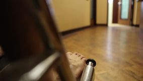 Paciente que es empujado hacia adentro una silla de ruedas metrajes