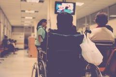 Paciente que espera um doutor no hospital imagem de stock