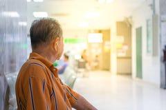 Paciente que espera a un doctor en hospital Fotos de archivo
