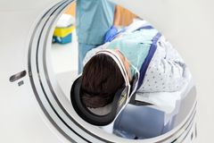 Paciente que experimenta la prueba de la exploración del CT foto de archivo