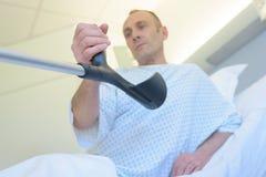 Paciente que guarda as muletas imagem de stock royalty free
