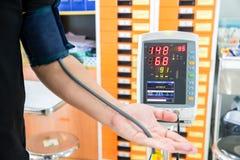 Paciente que mede a pressão sanguínea antes de ver para o doutor foto de stock