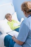 Paciente que miente en cama de hospital Imágenes de archivo libres de regalías