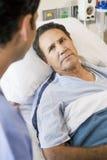 Paciente que mira al doctor Foto de archivo libre de regalías