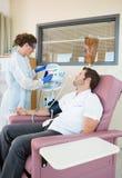 Paciente que mira a la enfermera Operating Heartbeat fotos de archivo