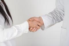 Paciente que sacude las manos con el doctor Imágenes de archivo libres de regalías