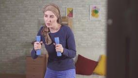 Paciente que sofre de câncer da jovem mulher após a quimioterapia em um encaixotamento do lenço com pesos filme