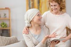 Paciente que sofre de câncer que usa a tabuleta imagem de stock royalty free