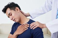 Paciente que sufering da dor de pescoço Fotografia de Stock Royalty Free