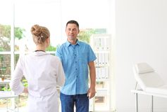 Paciente que tem a nomeação com doutor fotografia de stock