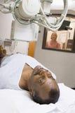 Paciente que tiene una radiografía Foto de archivo libre de regalías