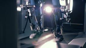 Paciente que usa o equipamento ortopédico Um homem anda em uma trilha especial na prótese médica video estoque
