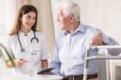 Paciente que visita del doctor en casa imagen de archivo