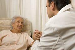 Paciente sênior com um doutor imagem de stock royalty free