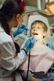 Paciente saudável da criança dos dentes no escritório do dentista dental Fotografia de Stock Royalty Free