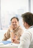 Paciente sonriente en la oficina del doctor Foto de archivo libre de regalías