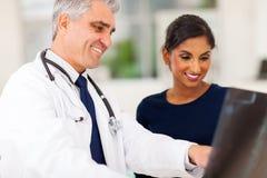 Paciente superior do doutor Imagens de Stock Royalty Free