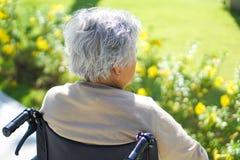 Paciente superior ou idoso asiático da mulher da senhora idosa na cadeira de rodas no parque foto de stock