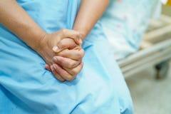 Paciente superior ou idoso asiático da mulher da senhora idosa para guardar sua mão com esperança ao sentar-se na cama na divisão foto de stock