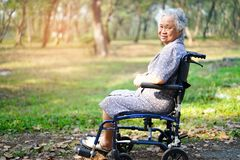 Paciente superior ou idoso asi?tico da mulher da senhora idosa na cadeira de rodas no parque imagens de stock